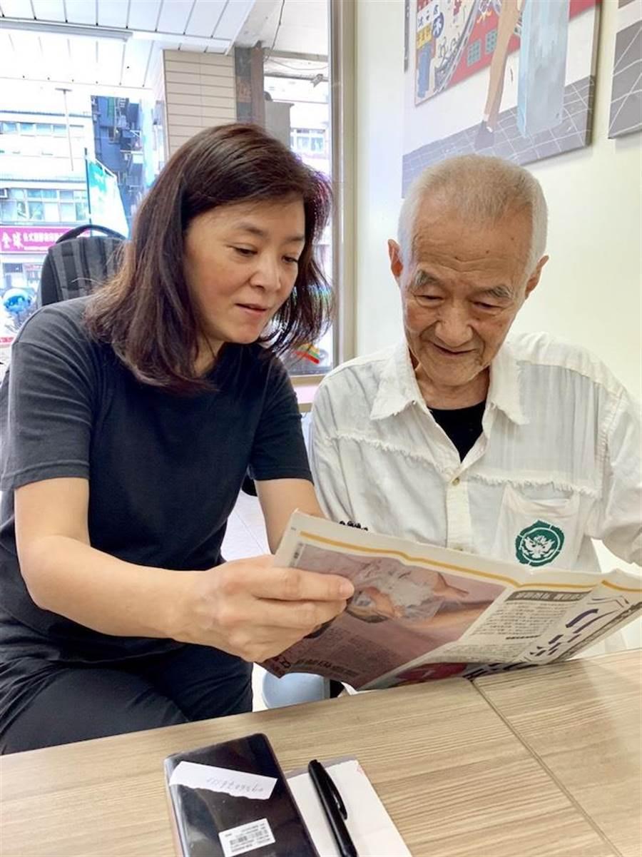 陳玉蓮(左)拿著中國時報日前幫她報導的新聞給表叔看。周遊提供