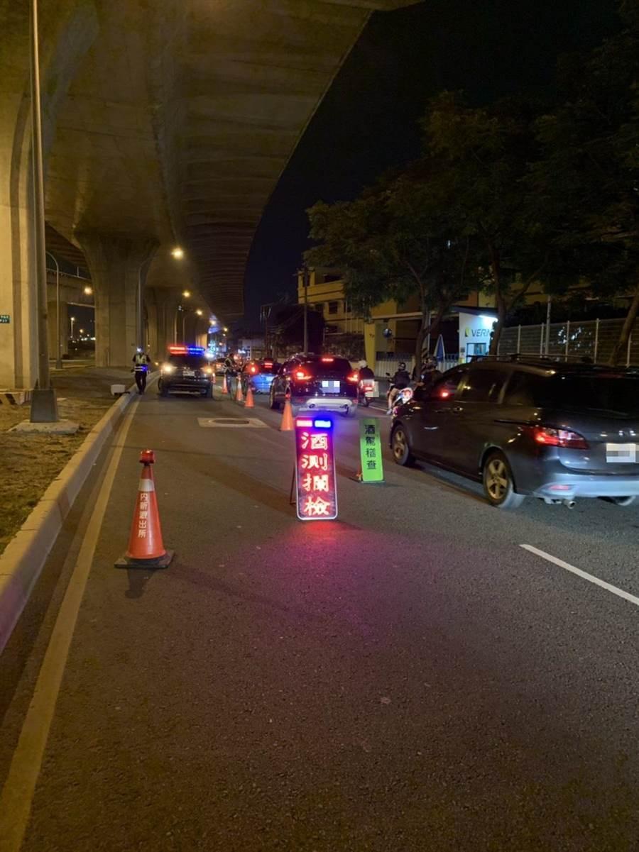 台中市警局霧峰分局採取「封城」取締酒駕,盼遏阻酒駕肇事意外發生。(林欣儀翻攝)