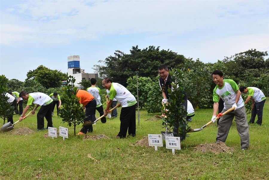 正隆竹北廠22日慶祝60周年,用植樹及淨灘方式,期望達到永續經營目標。(莊旻靜攝)