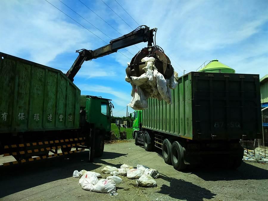 彰化縣爆發今年第六件禽流感疫情,芳苑鄉一處養雞場內近2.8萬隻土雞今日遭防疫人員撲殺。(謝瓊雲翻攝)