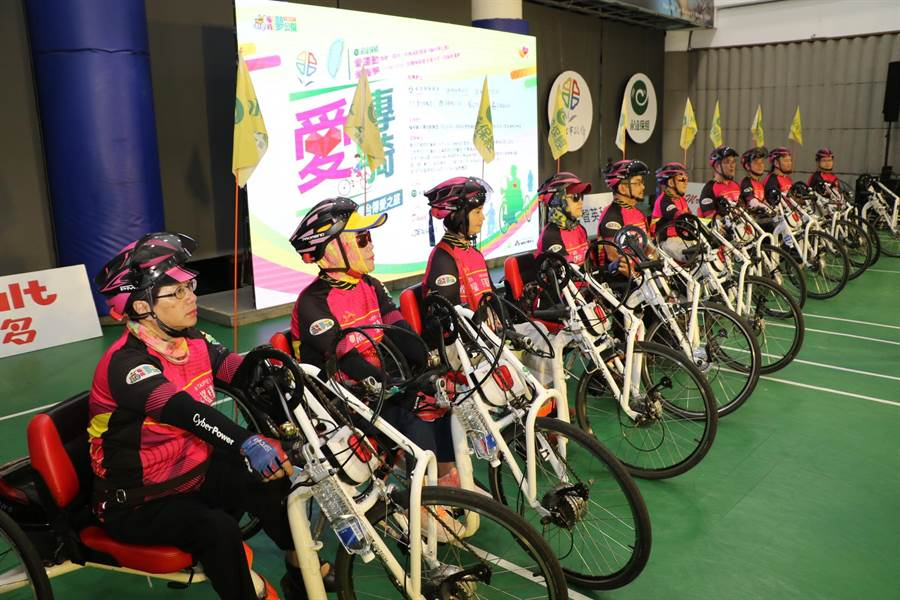 新北市10名身心障礙者利用手搖自行車進行環台傳愛,他們在12天內總共用手騎乘1088公里。(葉書宏翻攝)