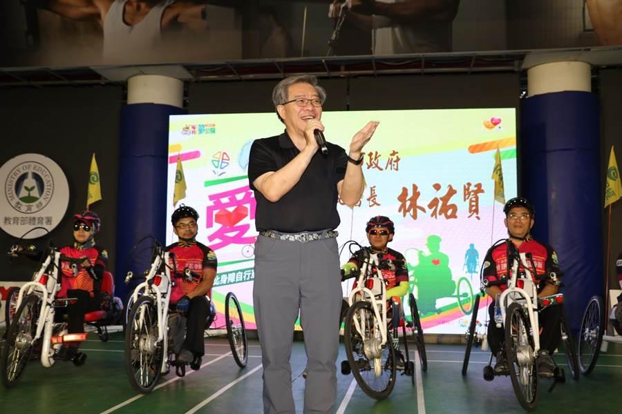 新北市10名身心障礙者利用手搖自行車進行環台傳愛,他們在12天內總共用手騎乘1088公里;新北市祕書長林祐賢(中)鼓勵身障勇士。(葉書宏翻攝)