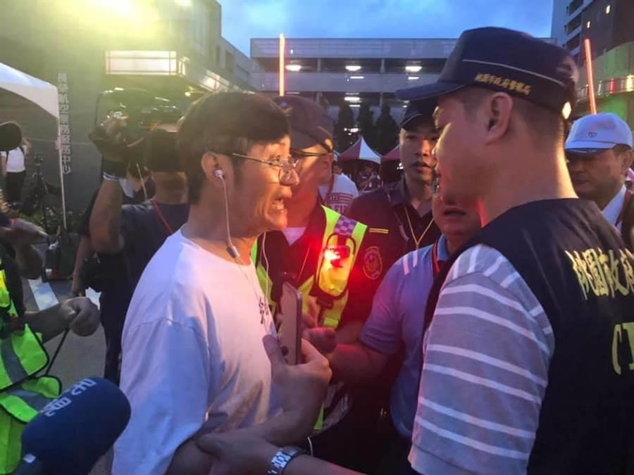 中年男子對著靜坐空服員叫囂,遭警方勸導離開。(呂筱蟬攝)