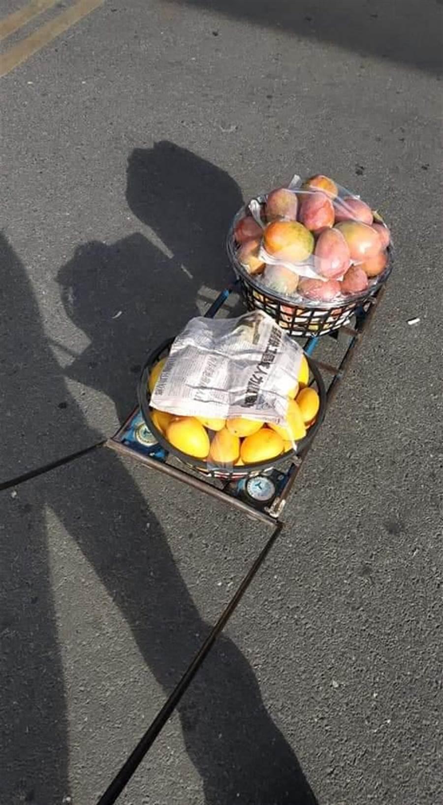 有臺中網友到玉井遊玩,開心的買了幾箱芒果送親友。(翻攝自《爆怨公社》)
