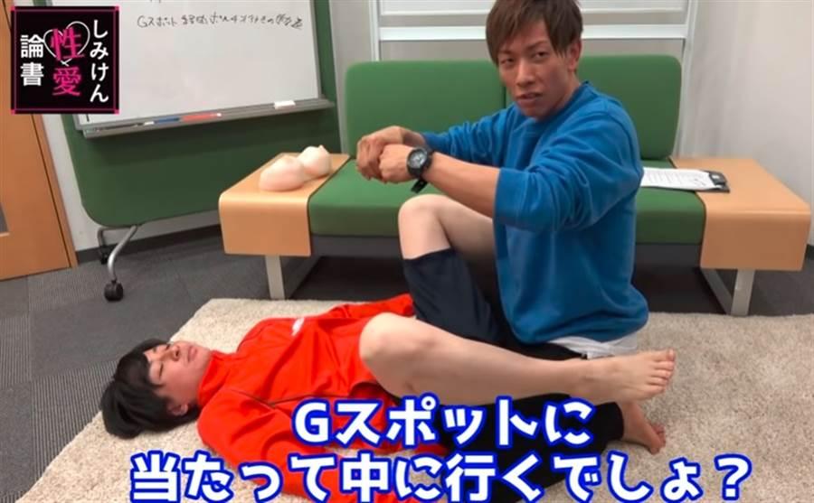 AV天王清水健受邀拍攝性愛講座影片,其中一集更教導如何肛交找到G點。(圖/翻攝自Youtube)
