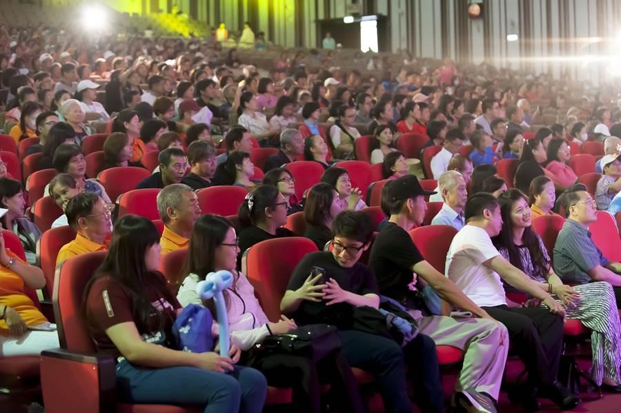 旺旺文教基金會主辦的「向全國志工致敬」演唱會,吸引3000名志工共襄盛舉。(林欣儀攝)