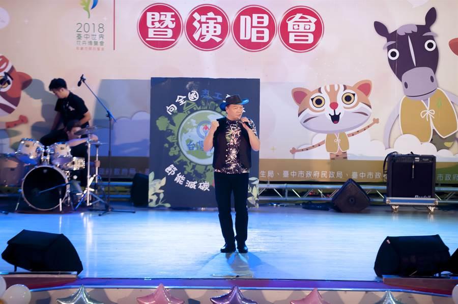 歌手李明德在「向全國志工致敬」演唱會高歌獻唱,表達對志工們奉獻的感謝,盼傳遞愛與感恩。(林欣儀攝)