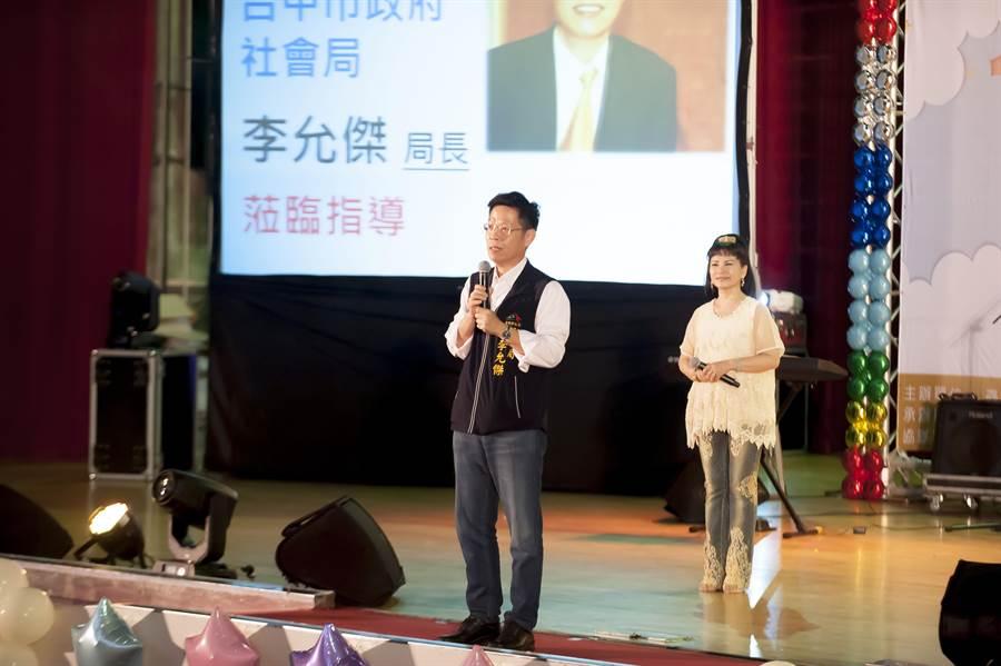 台中市政府社會局長李允傑向志工們致謝。(林欣儀攝)