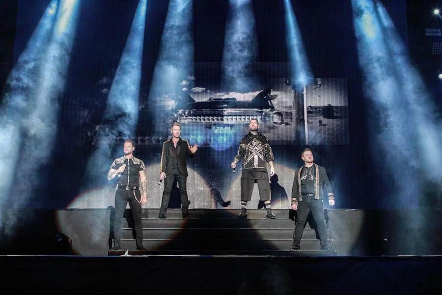 基斯(左起)、羅南、尚恩與麥奇穿上90年代華麗秀服,隆重登台開唱。(傲世娛樂提供)