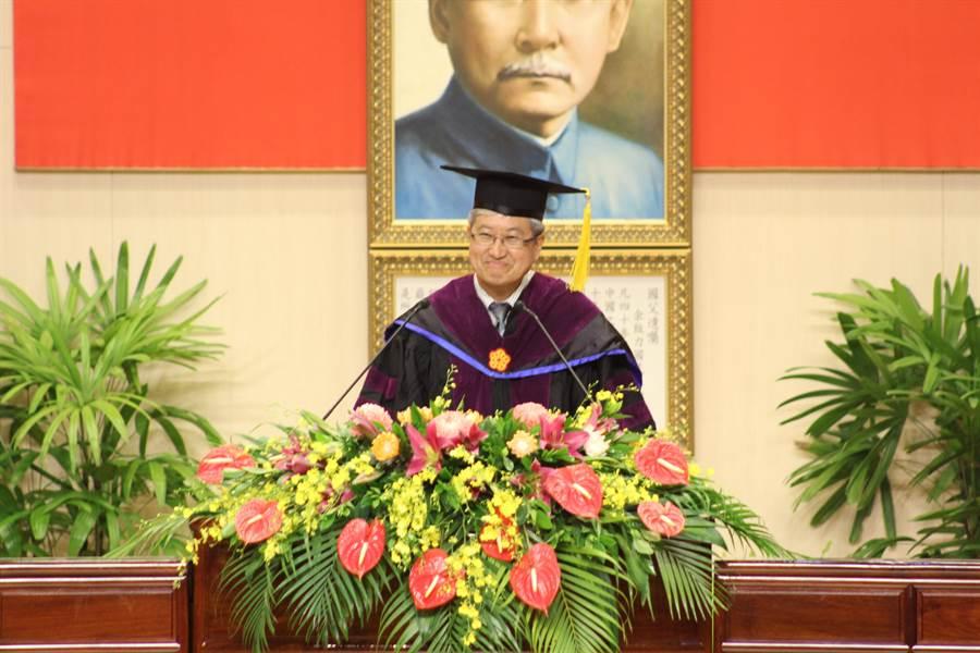 高師大校長吳連賞以「一個態度五個人生錦囊」勉勵畢業生。(高師大提供)