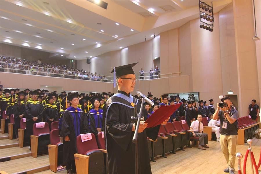 陸戰隊上校廠長梁平貴代表畢業生致詞。(高師大提供)