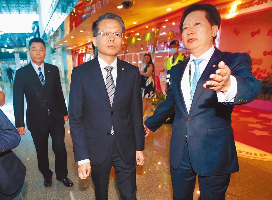 長榮航空總經理孫嘉明(中)21日表示,公司將提出非法罷工告訴,維護資方正當權益。(范揚光攝)