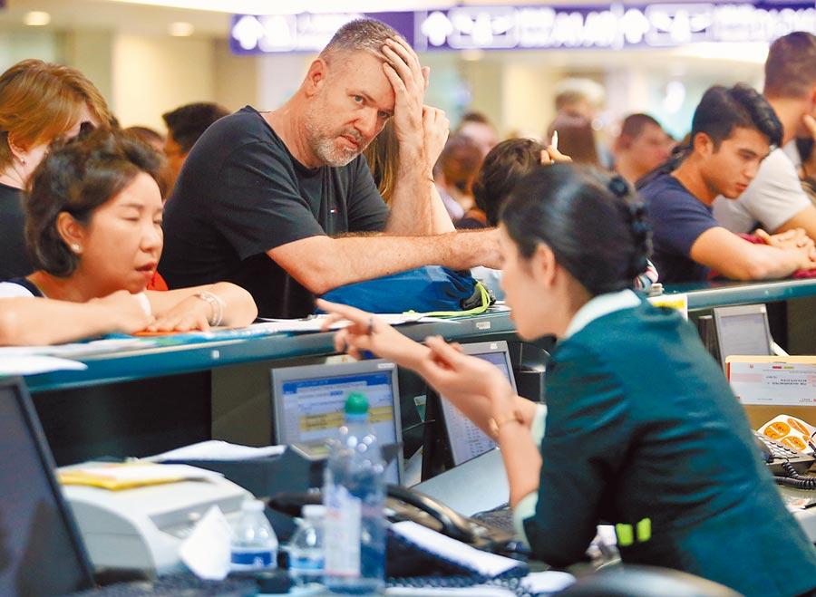 桃園機場地勤人員正協助過境旅客轉搭其他航班。(范揚光攝)