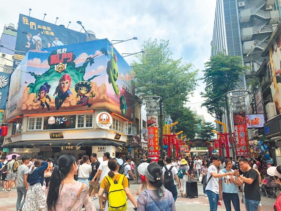 台北西門町為熱門觀光景點,暑假來臨人潮爆滿,公廁設置議題引發討論。(吳堂靖攝)
