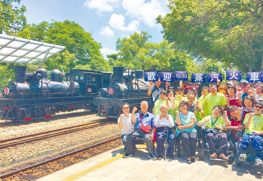 百年歷史的SL32蒸汽小火車頭回到北門車站,嘉義市腦痲協會及民眾熱情歡迎它回家。(廖素慧攝)