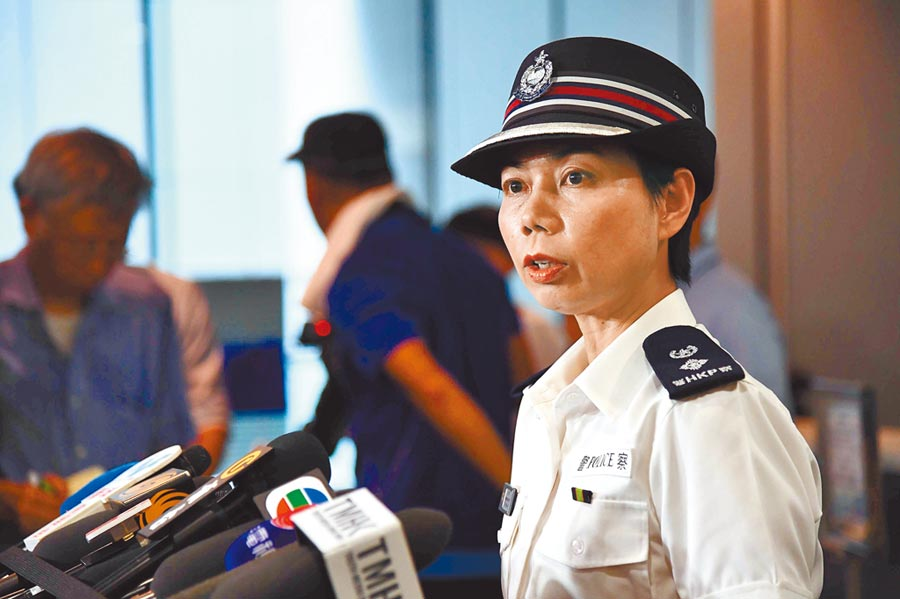 6月21日中午,香港警察公共關係科高級警司余鎧均會見傳媒,指示威者在警察總部門外聚集影響警方提供緊急服務。(中新社)