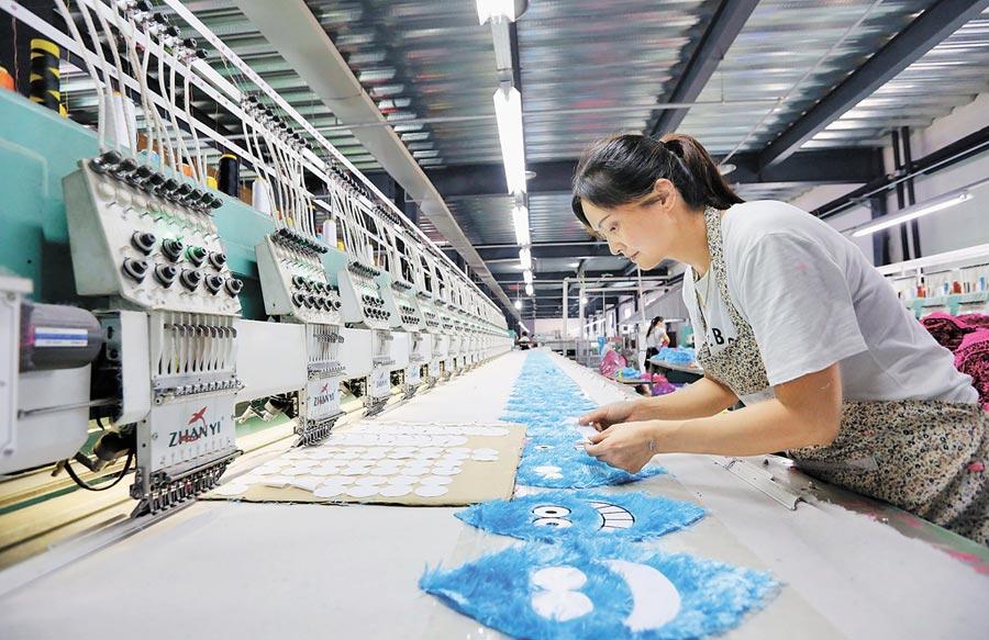 2017年8月11日,河南武陟縣某玩具公司員工在生產線上工作。(新華社)
