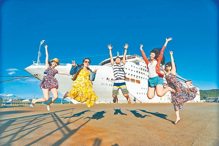 旅遊成為未來3個月大陸民眾選擇比例最高的準備增加支出項目。圖為遊客搭乘郵輪旅遊。(本報系資料照片)