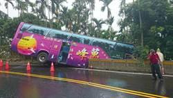 進香遊覽車疑煞車失靈滑落邊坡 10遊客輕傷