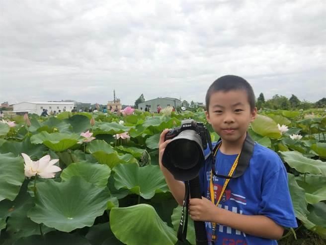 年僅8歲的小男童陳政佑也大顯身手。(陳淑娥攝)