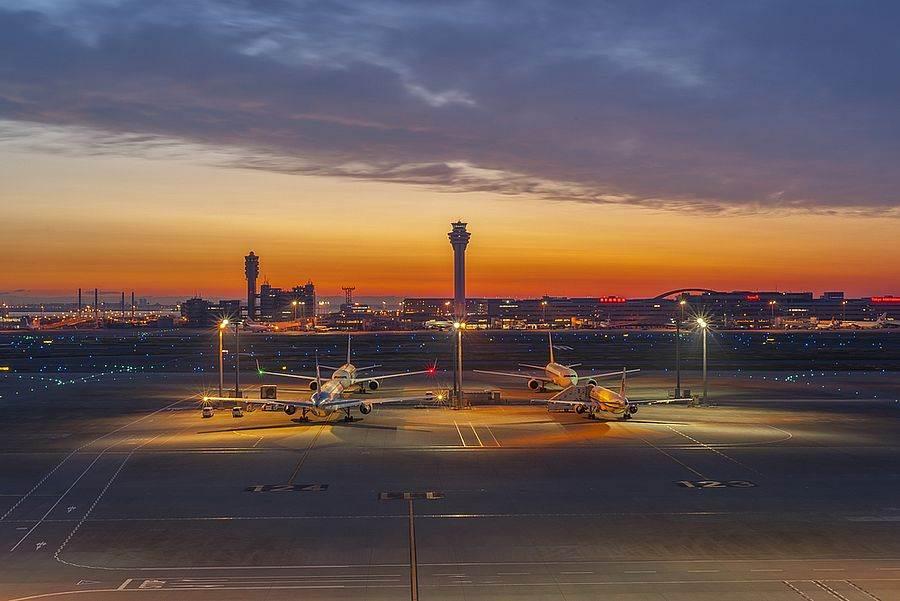 日本東京羽田機場飛機起落伴夕陽美景。(達志影像/shutterstock提供)