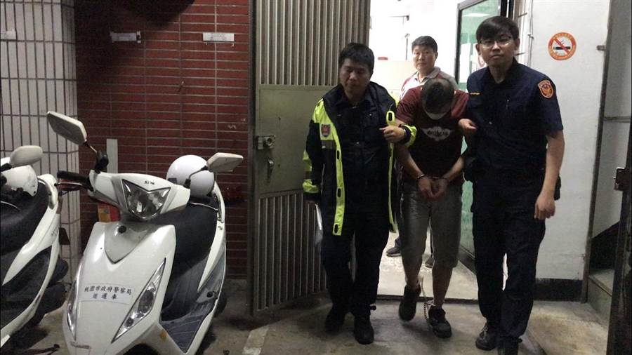 葉男持武士刀砍死陳姓友人而遭警方逮捕。(呂筱蟬翻攝)