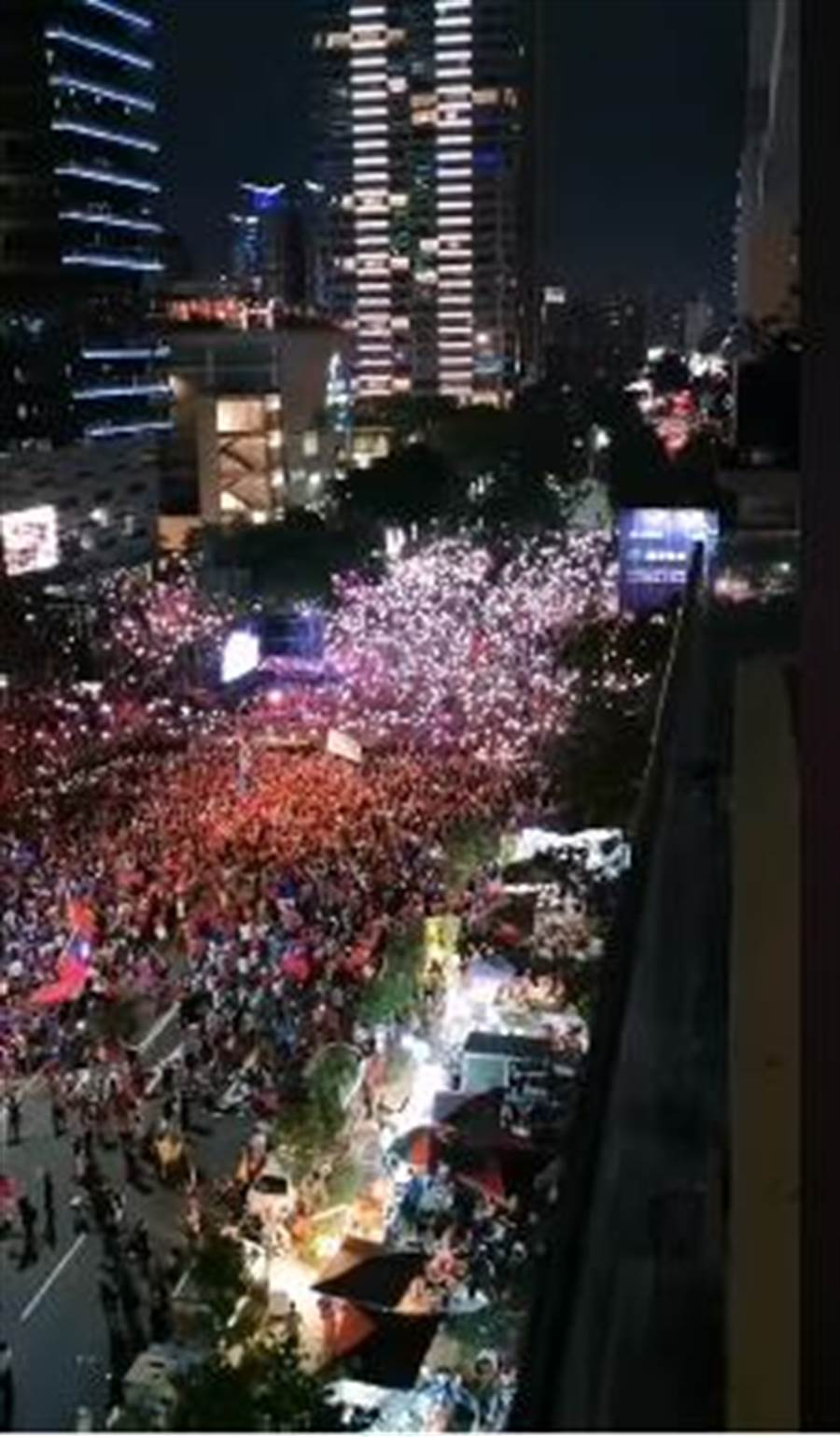 一段從七期豪宅夜拍韓國瑜造勢場的畫面曝光,會場旁的道路也擠滿人。韓粉都大讚拍的好,「拍的人比電視上還多還狂ㄟ」。(截圖自韓家軍-新生影片)