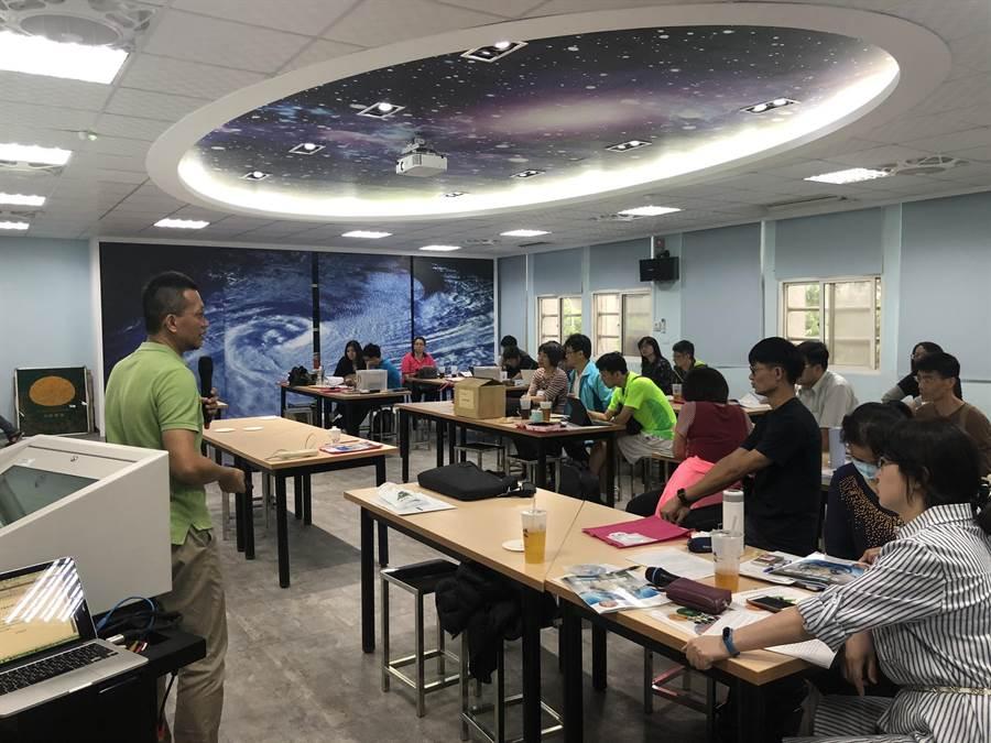 普通高中化學學科中心老師在武陵高中預開以全球氣候變遷為主題的選修課程,討論如何進行探索與實作教學。(教育部提供)