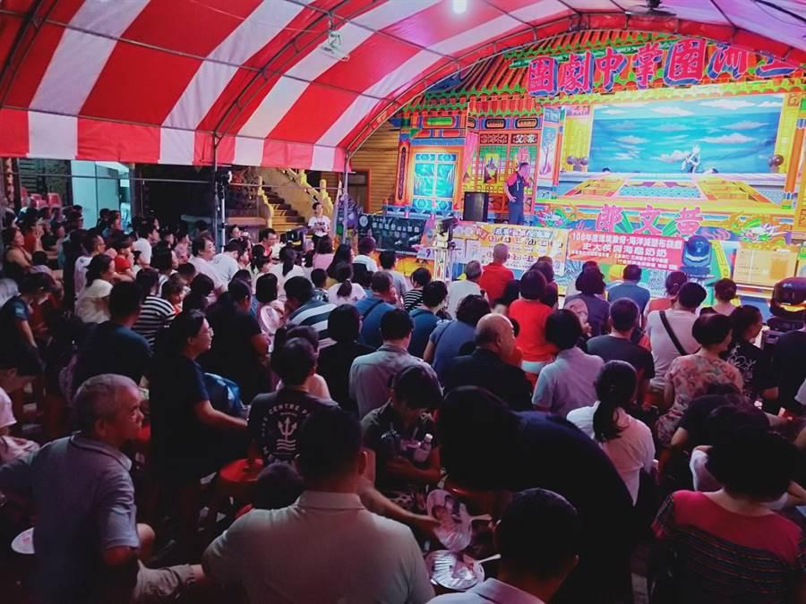 五洲園今日掌中劇團合作到台中市西屯區福壽宮廟埕演出「史大俠與海龜」布袋戲,吸引很多民眾來看戲。(盧金足攝)