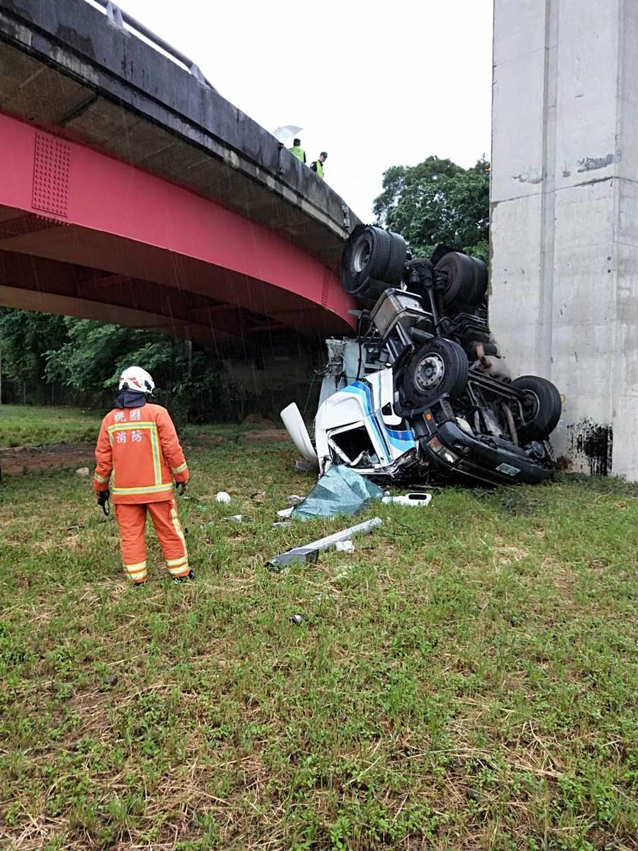 聯結車摔落6公尺橋下,司機奇蹟僅輕傷。(消防局提供)