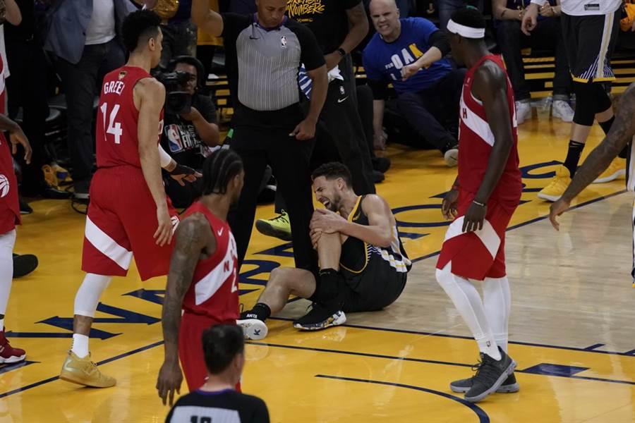 克雷湯普生在今年總冠軍賽G6受傷的驚悚畫面。(美聯社)