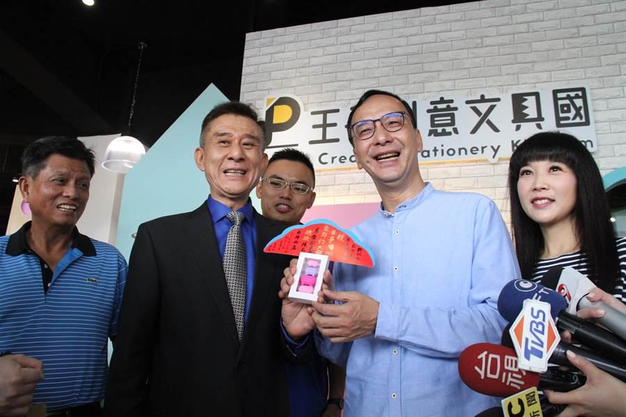 朱立倫今天上午到林口參訪王子創意文具王國觀光工廠。(譚宇哲攝)