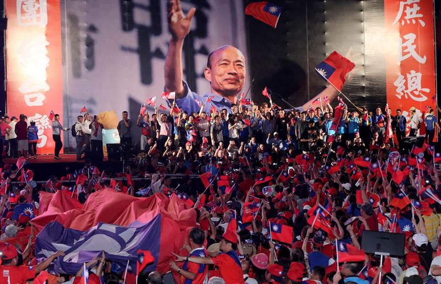 高雄市長韓國瑜昨晚在臺中造勢,滿場旗海飄揚。(資料照,黃國峰攝)