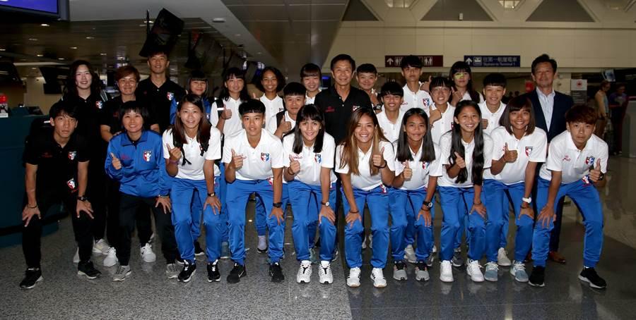 中華女足赴日移訓,行前在桃園機場合影。(李弘斌攝)