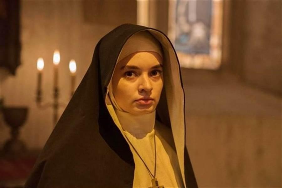 《鬼修女》中英格麗也飾演修道院的修女一角。(圖/《鬼修女》劇照)
