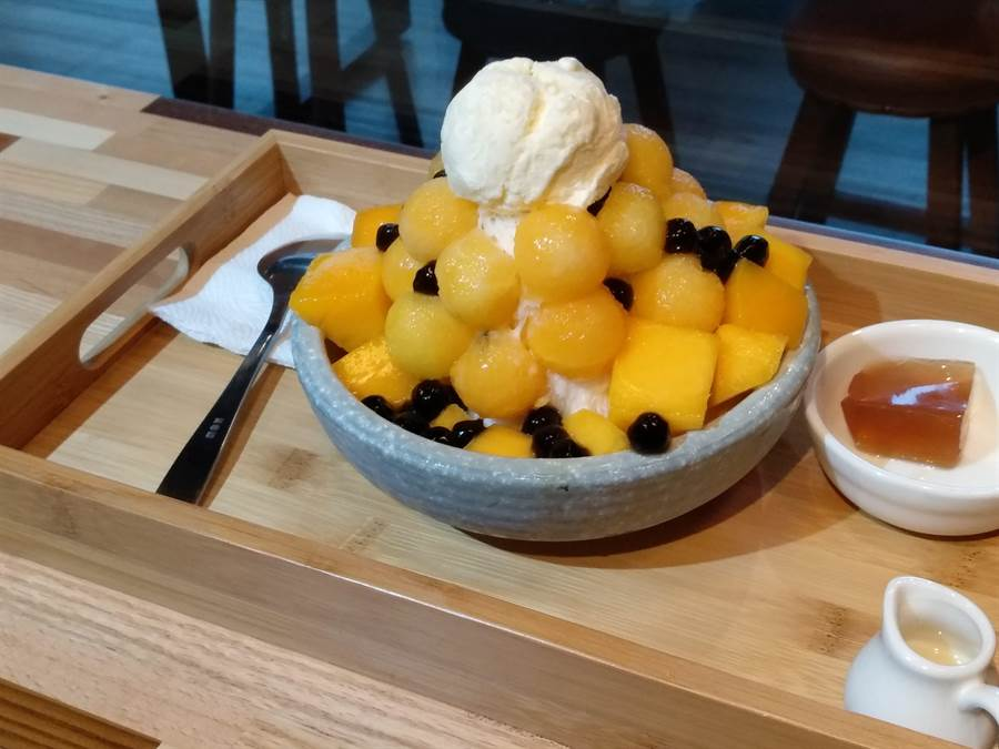 新南五五製冰所推薦商品「芒果頂瓜瓜」以愛文、金煌芒果打底,搭配小玉西瓜,視覺、味覺雙重享受。(林欣儀攝)