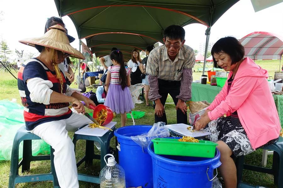 農藝達人王瀚(右二)推廣農民參加勞動部的農藝技術士考照,圖為他教導民眾製作環保酵素。(周麗蘭攝)