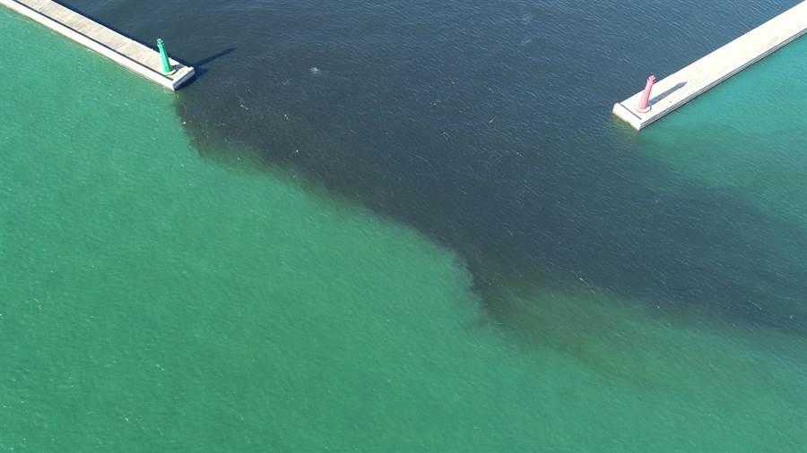 安平港出現陰陽海,台南市環保局初步判定應是港區內海藻增生造成的色差所致。(翻攝畫面)