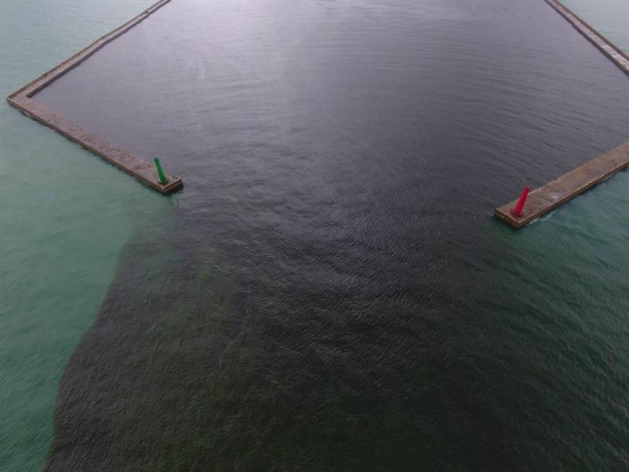 環保局23日下午出動空拍機查看安平商港海水顏色變化狀況。(台南市環保局提供)