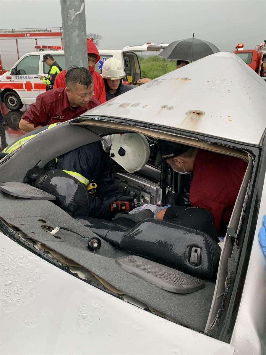 消防隊出動破壞器材將後座男子救出。(何冠嫻翻攝)