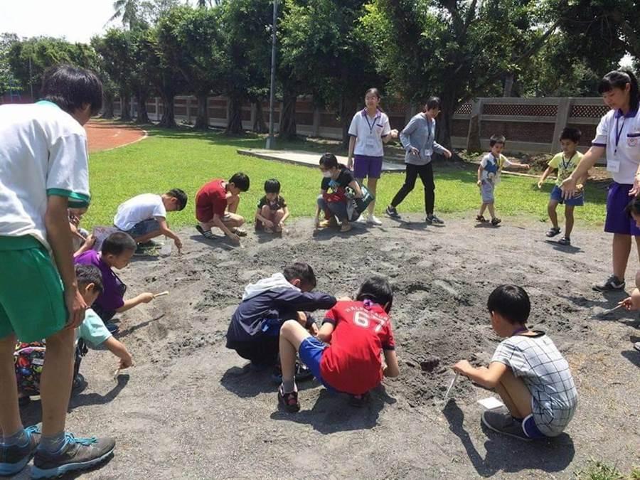曾文農工推出「就醬玩歷史營隊」,帶領在地小學生以考古的方式認識麻豆史地。(劉秀芬翻攝)