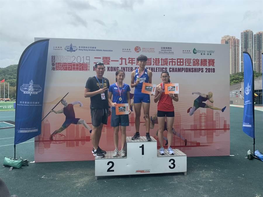 斗南高中三年級女子跳高選手張喬茵(右二)在香港城市田徑錦標賽,於青女組以個人生涯新高的1公尺78摘金。(中華田協提供)
