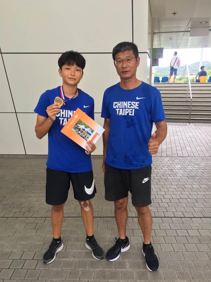 張喬茵(左)在香港城市田徑錦標賽摘金,賽後與教練陳計憲(右)合照留念。(中華田協提供)