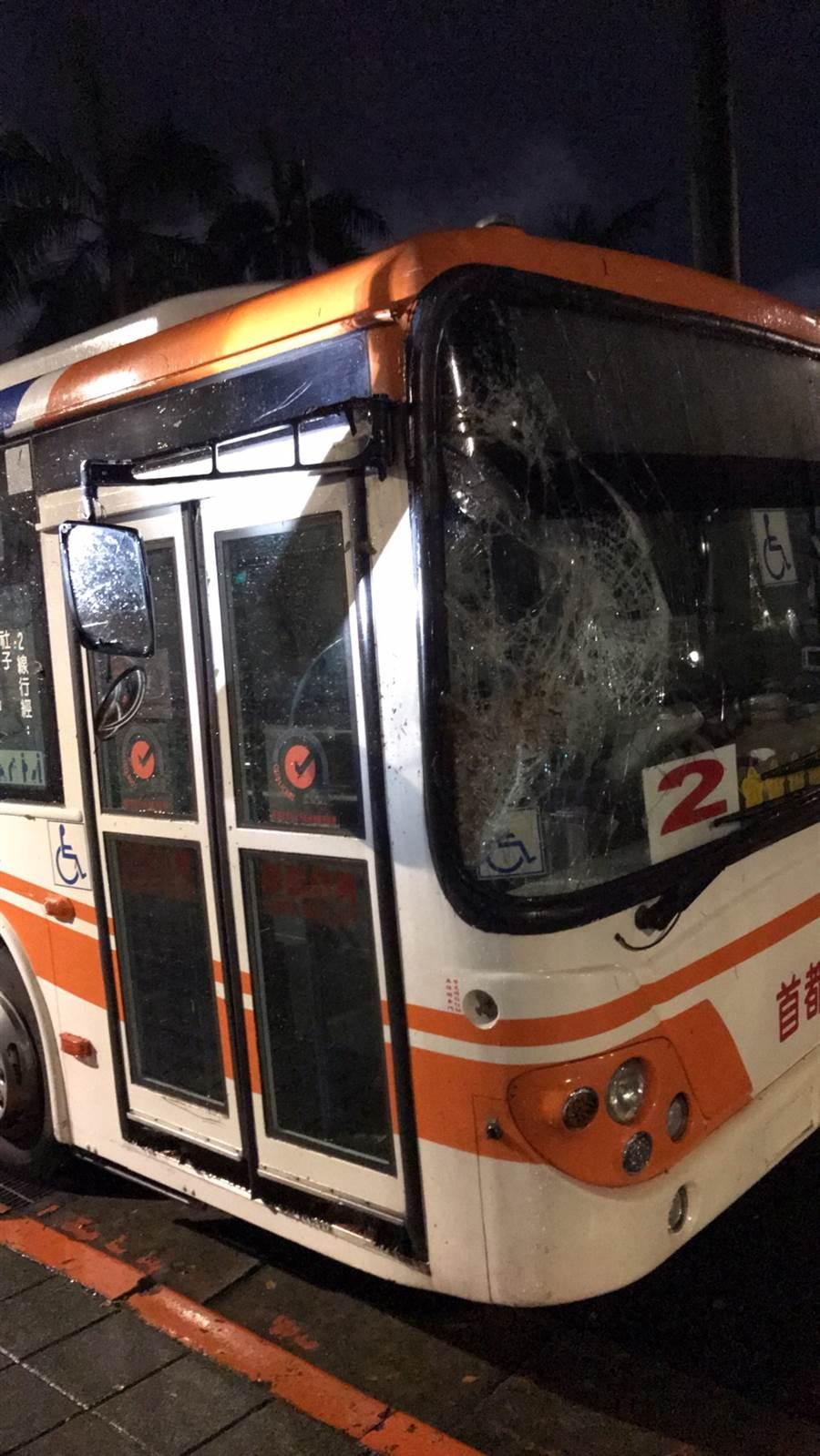 路樹倒塌砸破路過公車的擋風玻璃。(吳家詮翻攝)