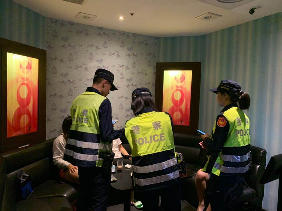 北市警方加強酒店等特種營業場所查察臨檢。〔謝明俊翻攝〕