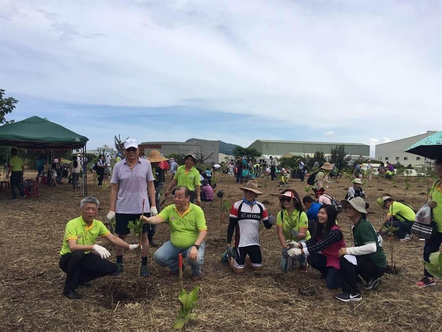 「森命之歌,一起來抱樹!」活動吸引不少民意代表及企業會員共襄盛舉,為地球暖化盡一份力。(高雄市理事長協進會提供)