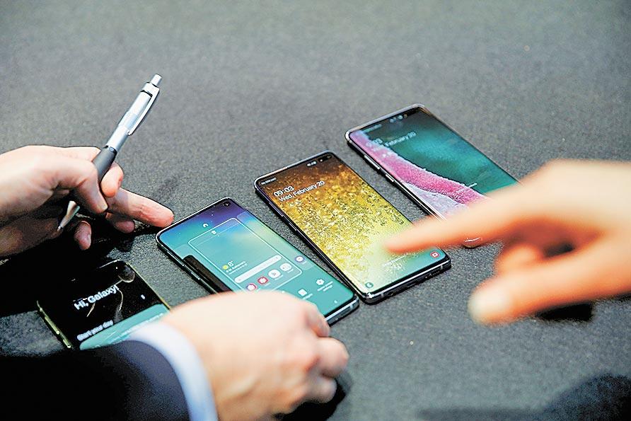 KT針對三星Galaxy S10 5G推出手機租賃方案,租金較購買新機的分期付款每月便宜2,500韓元。圖/路透