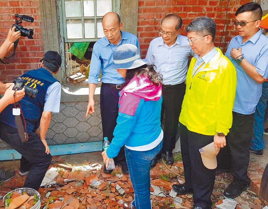 高雄市長韓國瑜呼籲民眾加強登革熱防疫,並走進社區視察。(本報資料照片)