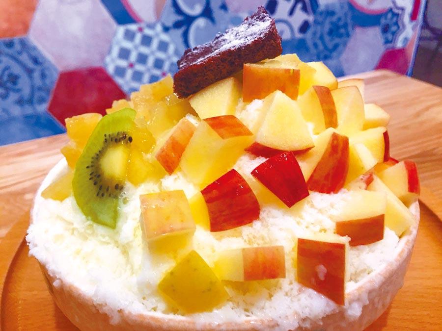 台南市「震湶雪花冰」的手工雪花剉冰,從果醬到雪花冰磚都自製,每一碗冰都「超好拍」。(曹婷婷攝)
