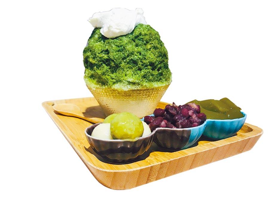 高雄市「冰屋」的招牌冰品「富士山」,抹茶剉冰淋上滿滿的鹹奶蓋,裡頭還藏1球牛奶冰淇淋,美味又充滿驚喜。(林宏聰攝)
